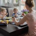 Nasz sposób na udany dzień? Pyszne śniadanie! PRZEPIS NA KAKAOWO-MIODOWE PLACKI KUKURYDZIANE